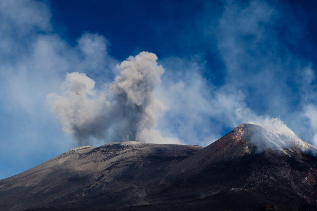 Etna chrlící popel