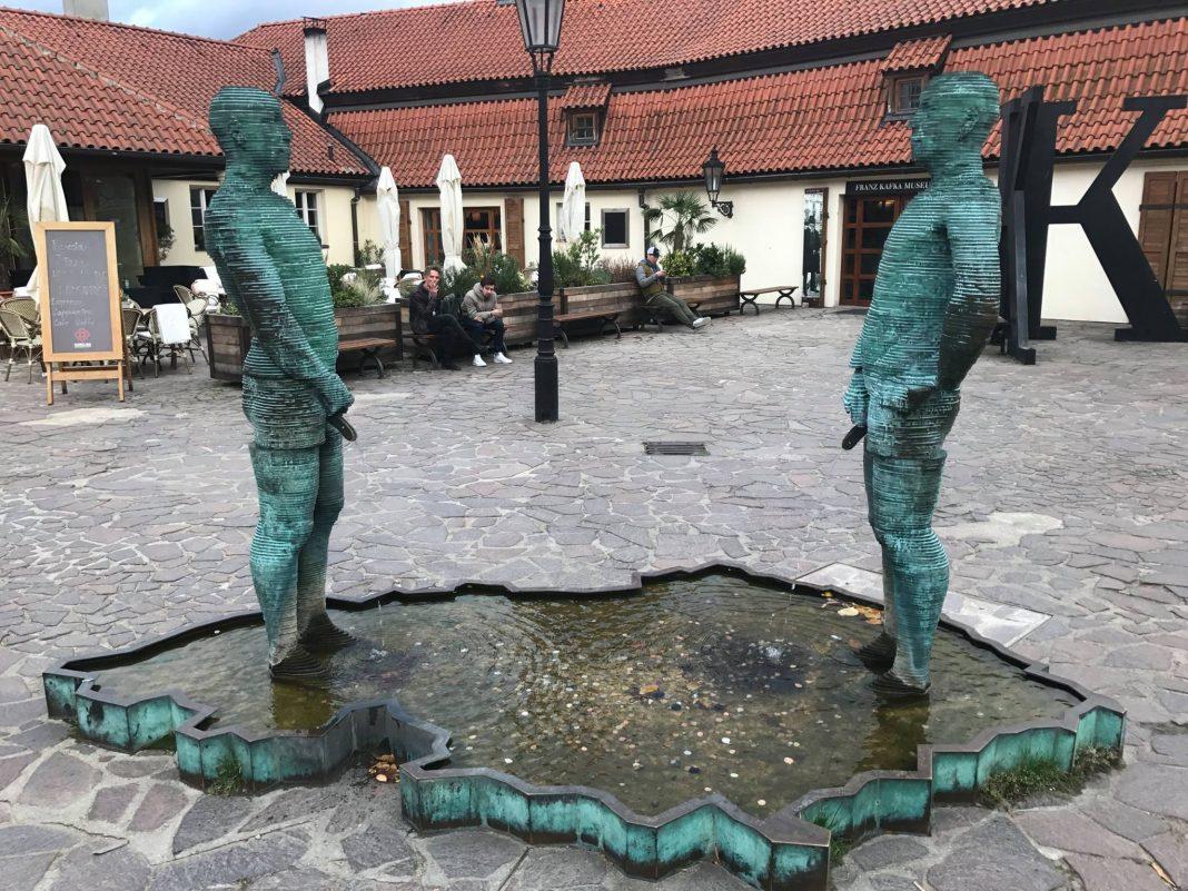 Hergetova cihelna čůrající socha